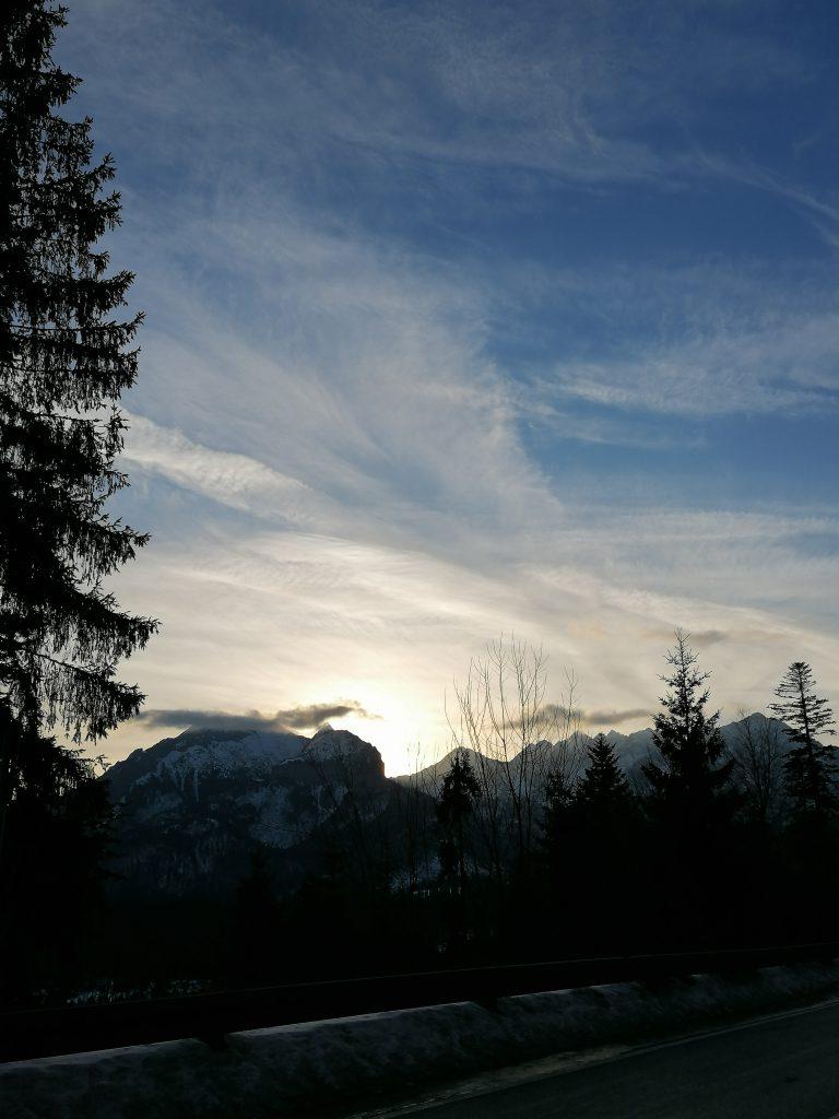 Wschód słońca w górach. Widok z Wierchu Poroniec